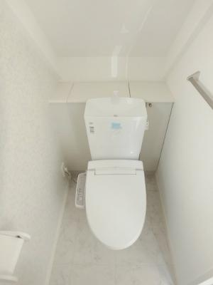人気のシャワートイレ・バストイレ別です♪小物を置ける便利な棚やタオルハンガーも付いています☆窓のあるトイレで換気もOK☆2階にもトイレがあるのがうれしいですよね☆