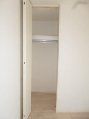 洋室7.5帖のお部屋にあるクローゼットです♪かさばりやすいコートなどもハンガー掛けができてすっきり片付きます♪各洋室にクローゼットがあるのが便利ですよね!