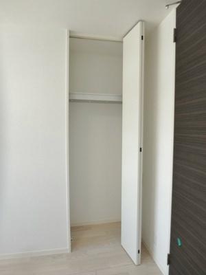 洋室6.5帖のお部屋にある収納スペースです!お部屋がすっきり片付いて快適に♪