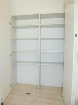 2階の廊下にある収納スペースです☆天上高の収納で荷物をたっぷり収納できます!