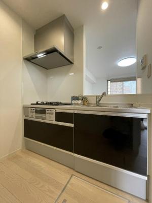 3口ガスコンロ/グリル付きシステムキッチンです☆場所を取るお鍋やお皿もたっぷり収納できてお料理がはかどります!便利な床下収納付き♪