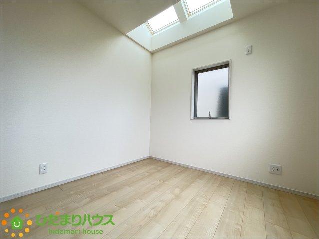 天井から優しく光が差し込むお部屋です♪
