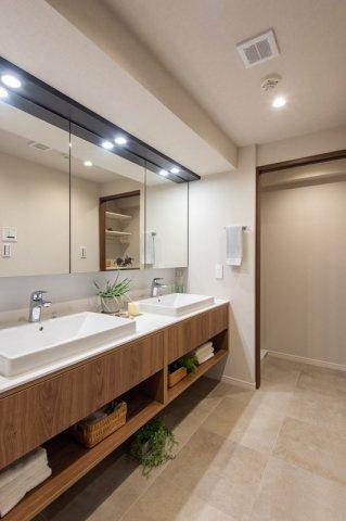 三軒茶屋シティハウス:三面鏡が付いた明るく清潔感のある2ボウルの洗面化粧台です!