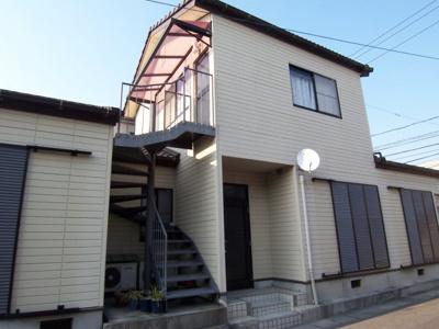 外階段から2階のワンルームのお部屋です。隣に屋根付きの駐車場1台付きですよ。