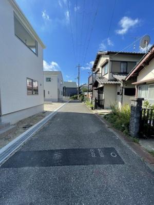 【前面道路含む現地写真】三木市志染町中自由が丘 第6 2号棟