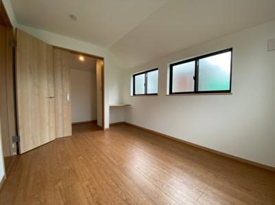 高窓を採用した明るい洋室です