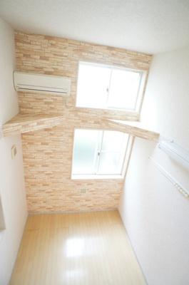 「清潔感溢れる床材を使用した居室」