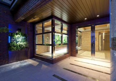 ミドリエとyamagiwaの照明を使ったオシャレなアプローチ。