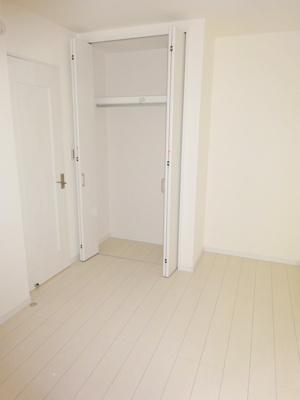 【施工例】独立洗面台施工例です。豊富な収納と三面鏡で朝の身支度が楽ですね。