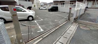 部外者は入れない様、出入り口にはチェーンゲート付き駐車場!