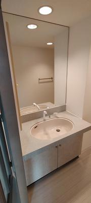 ワイドな鏡を備えた洗面化粧台。今日の始まりは大丈夫かな?