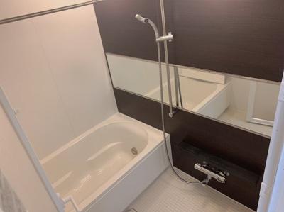 コンパクトで使いやすいお風呂です。横向きの鏡がおしゃれです。