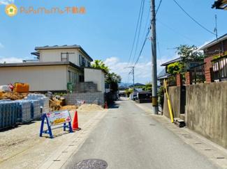 見通しのいい前面道路なので事故を防ぎます。