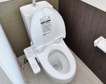 高機能トイレ 温水洗浄便座付きのトイレです。汚れてもサッとひと拭きでお手入れ簡単。節水仕様でしっかり洗浄できます。環境にやさしく、しかも経済的です。