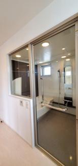 ガラス張りの開放的なお風呂です