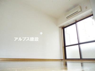 開口部の大きい明るい室内。