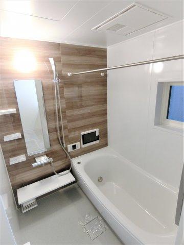1坪ある浴室でゆっくり足を伸ばして入浴♪浴室乾燥で雨の日でもお洗濯が可能!冬は暖房、夏は涼風も利用できます♪お掃除もしやすく使いやすい