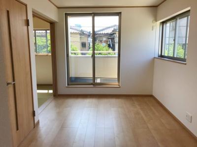 12.6帖のLDKです♪和室と合わせて三方に窓があるのでとても明るいですよ♪