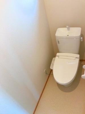 2階のトイレです♪ウォシュレット機能付きのトイレでいつも清潔に保てます♪