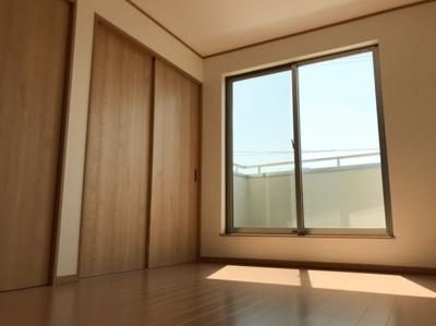 3階の6帖の洋室です♪大きな窓に面しているので明るいお部屋です♪写真奥の引き戸が3.5帖の洋室に続いています♪