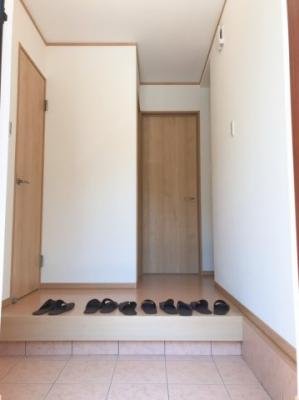 広い玄関ホールの左手にはシューズクロークがあります♪写真左手の扉はトイレ、正面の扉は洋室(納戸)に続いています♪