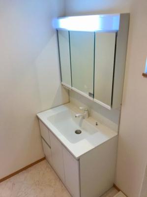 三面鏡付きの洗面台です♪幅が広いタイプなので、両サイドに物を置くこともできますね♪