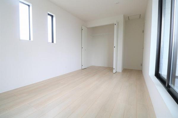【寝室】 バルコニーに面した2階7.2帖の収納たっぷりな洋室。主寝室にいかがでしょうか♪