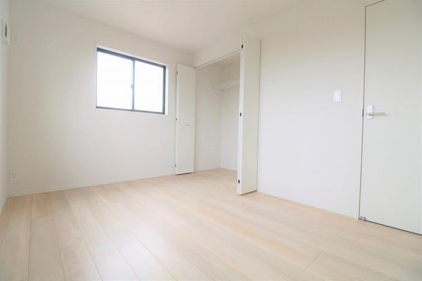 【洋室】 2階6帖洋室。各部屋2面採光なので明るいです♪