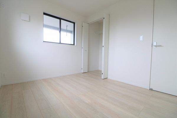 【洋室】 2階5.2帖洋室。各洋室に大きなクローゼット付きで収納には困りません♪