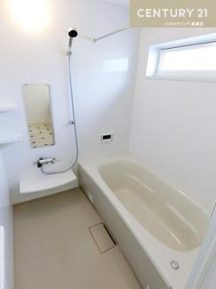 一日の疲れを取ってくれるお風呂は追い炊き機能も 付いているので冷めてしまう心配もいりませんね。