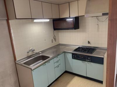 お料理しやすいL字型のキッチンです。収納も豊富です。