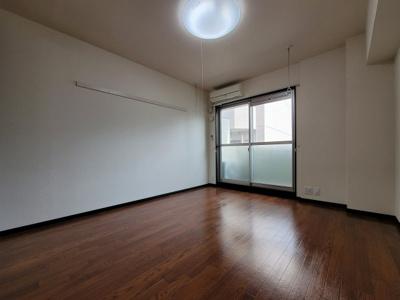 お部屋の階数によって床、設備、建具の色が異なります。