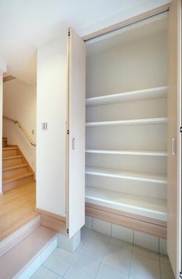 玄関に大きなシューズボックスを設置。可動棚となっているため、ロングブーツや長靴もしっかり収まります!