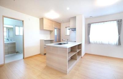 キッチンはコミュニケーションが取りやすい対面式を採用。水まわりを2階に集約配置しております。