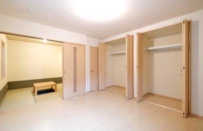 約8.1帖の洋室に壁一面のクローゼットを設置!ご夫婦で収納スペースを分けられるのは嬉しいですね◎