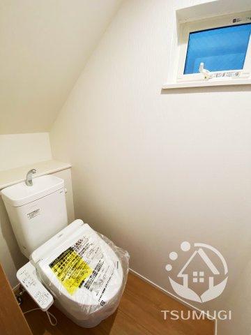 1階トイレ。各階に設けられたトイレは、家族で混みあいがちな忙しい朝にとっても便利  ※同仕様写真