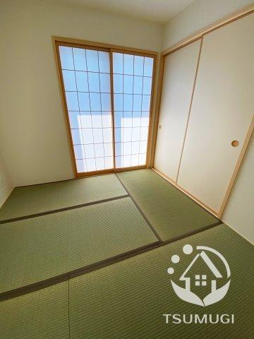 リビングに隣接して設けられた和室。様々な用途に便利にお使いいただけます ※同仕様写真