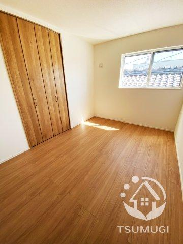 2Fの洋室には各部屋にクローゼットが設けられており、収納が非常に充実しております  ※同仕様写真