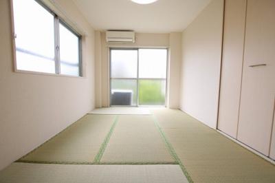菅田ビル 和室6畳(DK側から) 窓が多く明るいお部屋です