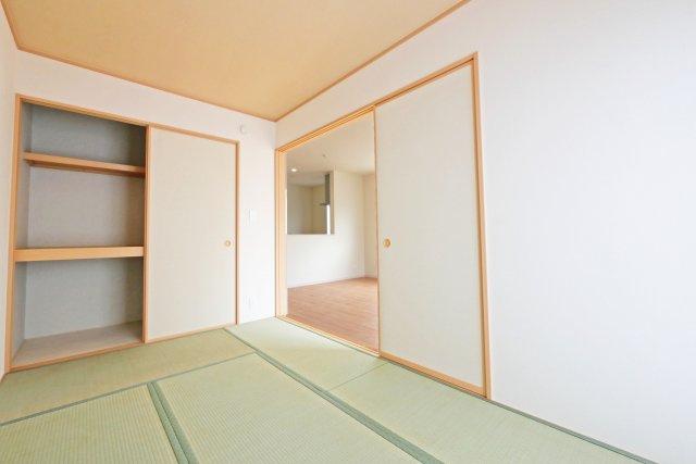 -同社施工例- リビングに隣接した和室は使い勝手もよさそう。 疲れた時でも気軽に横になれますね。