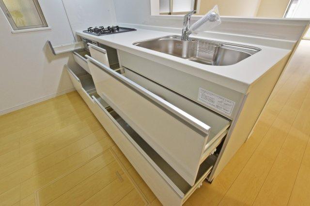 -同社施工例- 収納量が豊富なキッチン。 キッチン回りがオシャレな空間に。