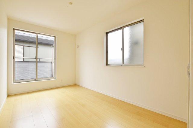 -同社施工例- 採光を考慮した明るい日が差し込むお部屋です。