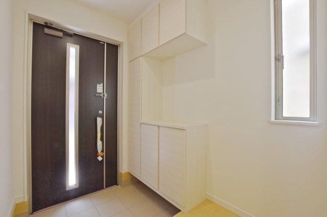 -同社施工例-  上部にも収納の付いた玄関収納。 散らかりがちな玄関回りもスッキリできそうです。