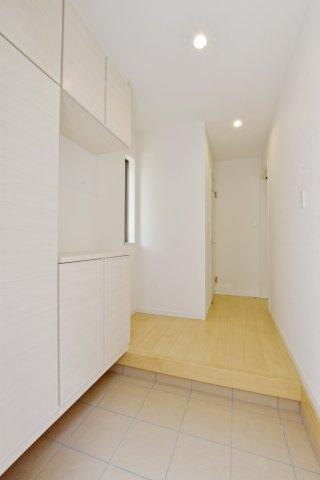 -同社施工例-  散らかりがちな玄関回りもスッキリできそうです。