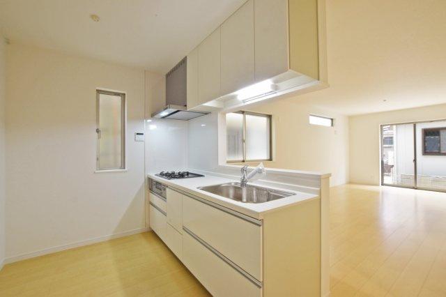 -同社施工例- 家事の際もリビングに目が届く対面式キッチンです