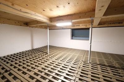 季節物の家電や洋服を仕舞っていただける床下収納庫を設置!約4.5帖の広さを設けております。