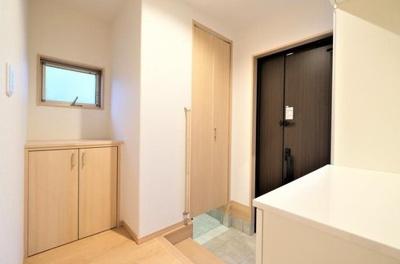 シューズクロークを設けた収納豊富な玄関スペースです。玄関が綺麗だと帰宅した際の気分も違いますね♪