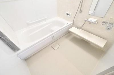 雨天でも洗濯物を乾かせる換気暖房乾燥機を設置!浴室は1坪サイズにつき、ゆったりとお寛ぎいただけます♪