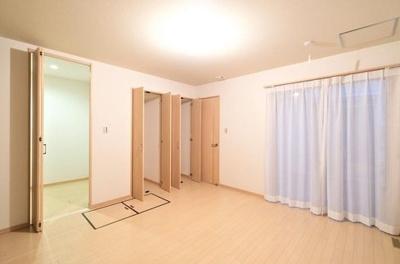 1階の洋室は約8帖の広さがございます。WIC+2つの物入れ+大型床下収納を設けた素敵なお部屋です◎