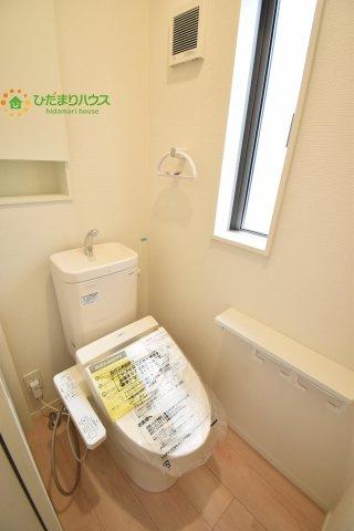 小窓付きでおトイレも明るい空間に!